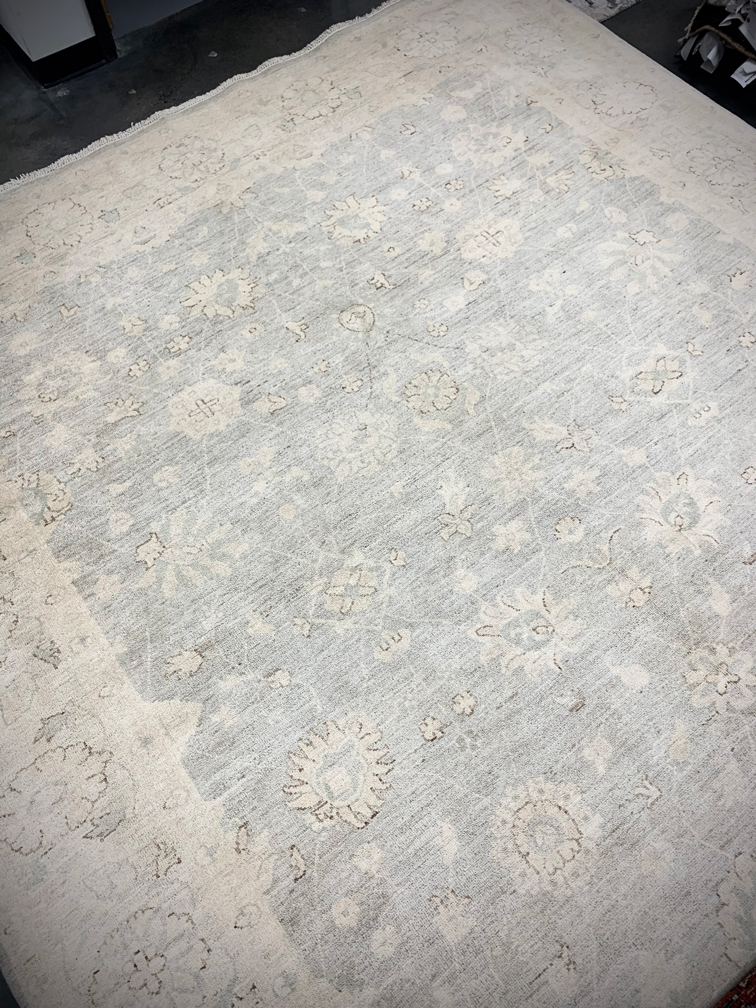 Light grey traditional rug from Pakistan